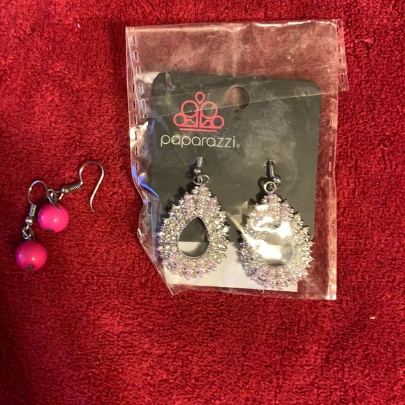 2/$7 paparazzi set of 2 earrings one new (104)